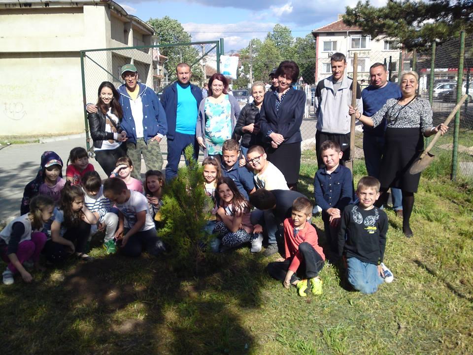 Съвместна работа на учители , ученици и родители (1-ви В клас) picture